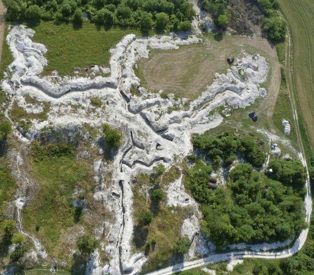 Sur le site des combats, l'association La Main de Massiges redonne aux tranchées l'aspect qu'elle avaient en 1915. Les fouilles ont permis de retrouver sept corps, dont cinq de soldats allemands.