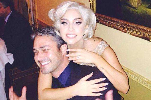 Taylor Kinney et Lady Gaga célèbrent leurs fiançailles