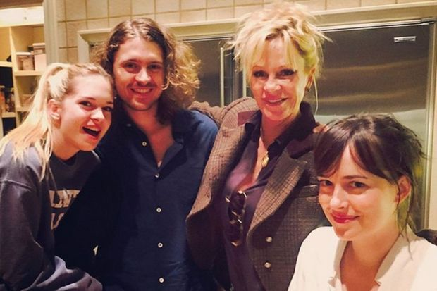 Melanie Griffith entourée de ses enfants, Stella, Alexander et Dakota.