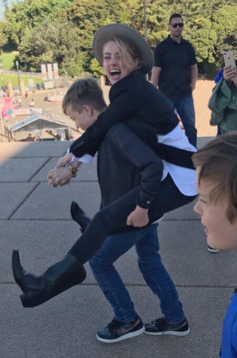 Amber Heard, rayonnante avec les enfants d'Elon Musk.