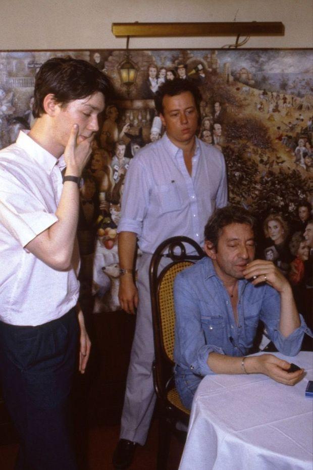 Serge Gainsbourg, Frédéric Sojcher et le producteur Jean-Luc Van Damme sur le tournage de « Fumeurs de charme » (1985).