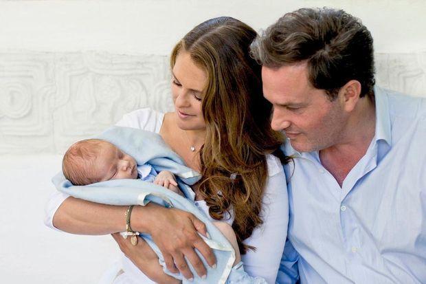 Madeleine et Christopher entourent leur petit prince.