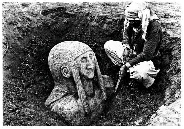 Découverte d'une statue funéraire sur le site de Tell Halaf en 1912.