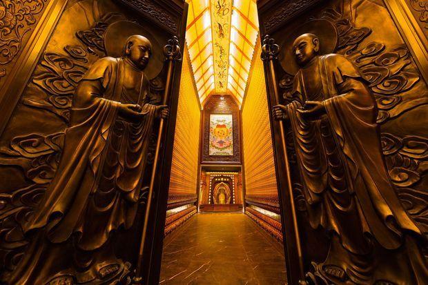 Au bout de ce couloir, un palais invraisemblable dévolu au Bouddhisme.