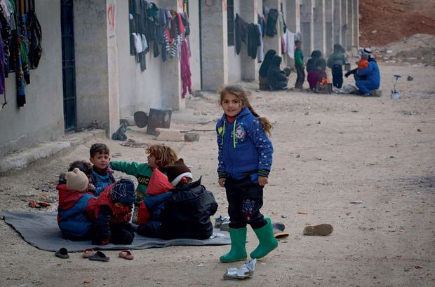 15 décembre : A Ramouseh, les militaires russes et le Croissant-Rouge syrien supervisent l'évacuation des insurgés vers Idlib, une zone toujours sous contrôle rebelle.