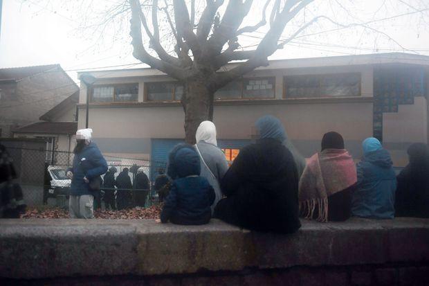 16 h 30, le 4 janvier, à la sortie. Les pères devant la grille et les mères assises sur un muret, chacun à sa place.