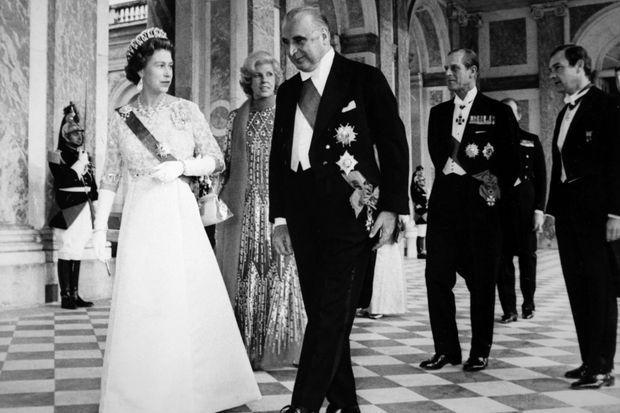 La reine Elizabeth II et le prince Philip à leur arrivée au Trianon à Versailles pour le dîner offert par Georges et Claude Pompidou le 16 mai 1972