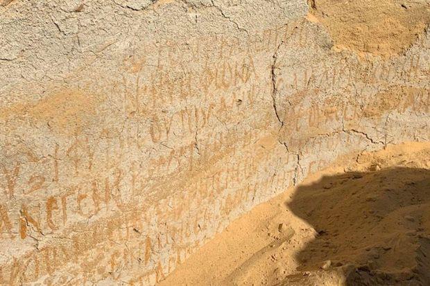 """L'église portait """"sur ses murs des inscriptions religieuses"""" et bibliques """"en grec"""" indiquant """"la nature monacale de la vie dans la zone"""" et la """"présence de moines dès le Ve siècle"""" de notre ère"""