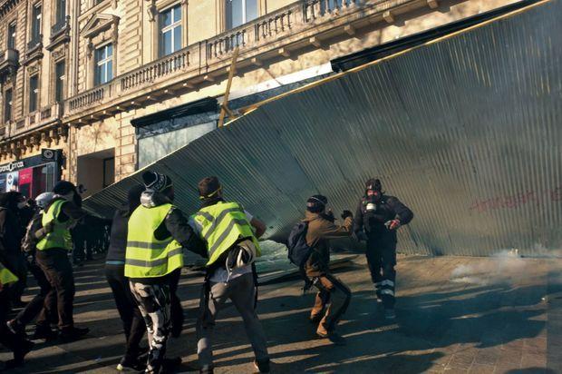 17 h 21. La palissade qui protège l'enseigne du joaillier Bulgari est arrachée. La boutique, dont les portes vont être ouvertes à l'aide d'une disqueuse, sera dévalisée.