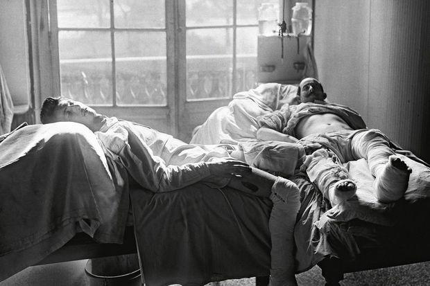 17 mars 1917, à l'hôpital militaire du Grand Palais. Tentative de grefe osseuse sur deux soldats mutilés.