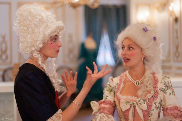 La metteure en scène Marine Montaut (g) et une comédienne