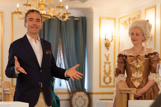 La fondatrice de ReminiSens Caroline Masselin et l'historien Franck Ferrand, à l'ouverture du restaurant