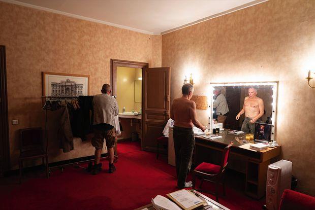 19h50, le 20 novembre, dans sa loge du Théâtre de la Porte Saint-Martin, avec son assistant, Régis. Contre le miroir, une photo de sa première lecture du «Voyage au bout de la nuit» de Céline, en 1985, et du miel de manuka pour soigner sa voix