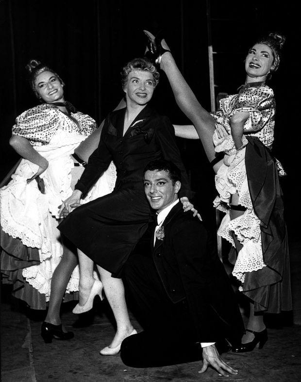 1954, Line Renaud (en noir) est à l'affiche du célèbre cabaret.