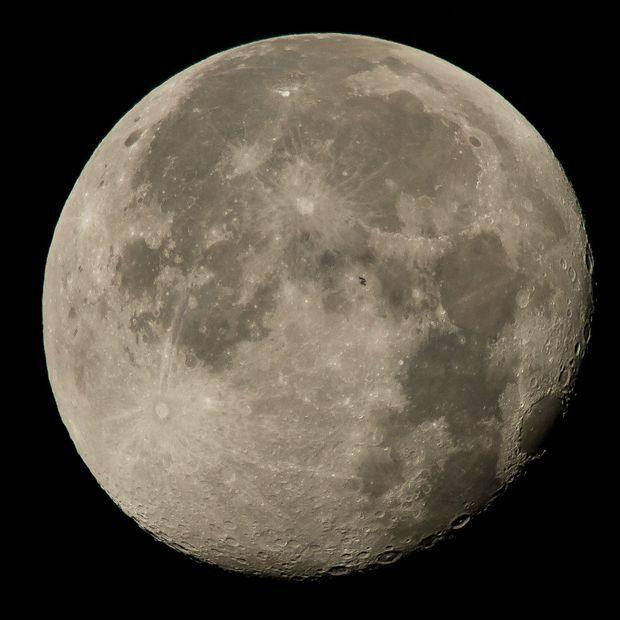 Le passage de l'ISS devant la Lune.