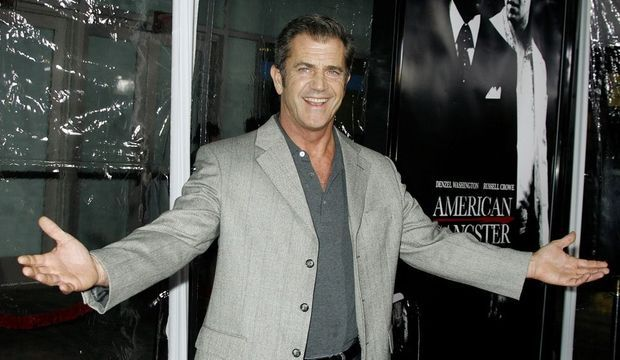 2-photos-people-cinema-Mel Gibson souriant--