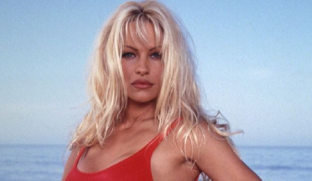 2-photos-people-cinema-Pamela Anderson--Pamela Anderson maillot rouge