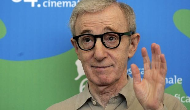 2-photos-people-cinema-Woody Allen pose devant un photographe--