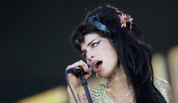 2-photos-people-musique-Amy Winehouse chante--