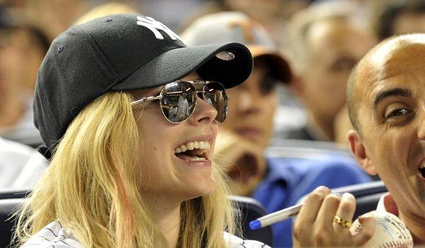 2-photos-people-musique-Avril Lavigne à un match de baseball --