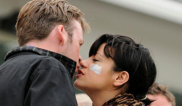 2-photos-people-musique-Lily Allen embrassant un inconnu (Sam Cooper ?) à un match de cricket le 20/08/09--