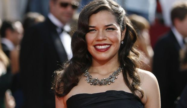 2-photos-people-tv-ugly betty--ugly betty sur tapis rouge tout sourire