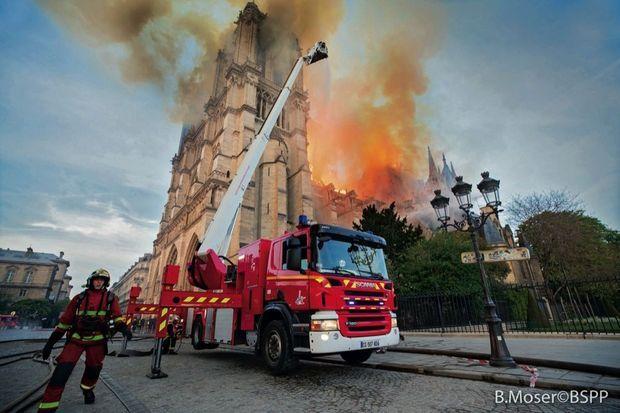 20 heures. Près de 400 pompiers seront relayés dans la soirée. Toutes les casernes de l'Ile-de-France sont mobilisées.