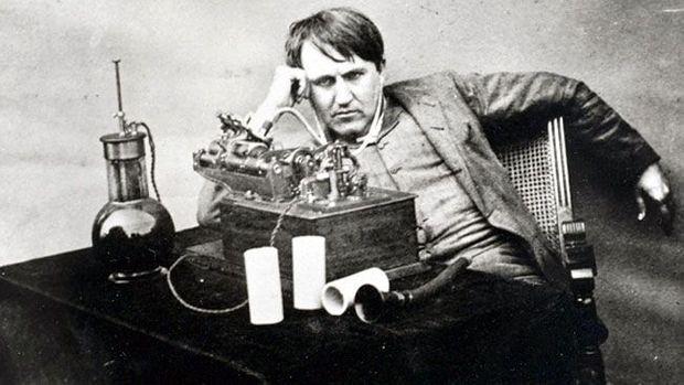 Edison pensif devant son phonographe