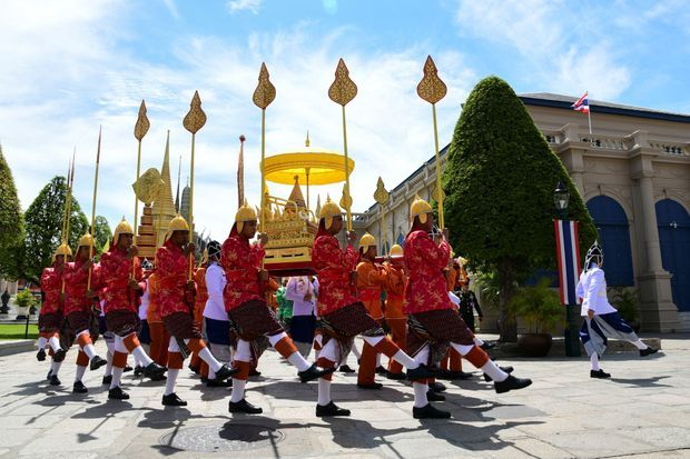 Transfert de la plaque dorée royale du titre officiel du roi de Thaïlande, de celle de son horoscope et du sceau royal de l'Etat au Grand Palais à Bangkok, le 3 mai 2019