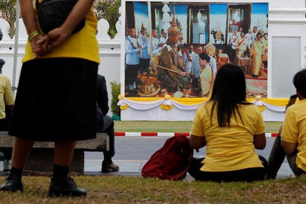 Des Thaïlandais suivent la cérémonie du couronnement du roi Maha Vajiralongkorn à Bangkok le 4 mai 2019