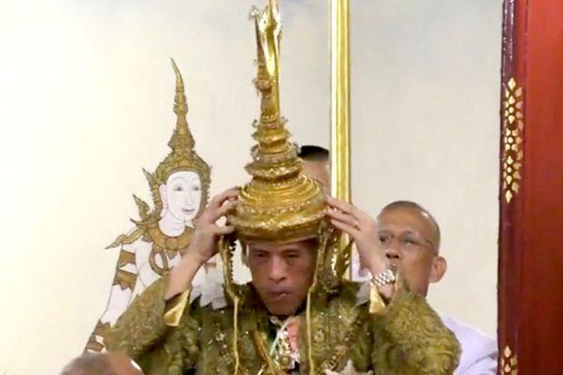 Le roi de Thaïlande Maha Vajiralongkorn se couronne lui-même à Bangkok, le 4 mai 2019