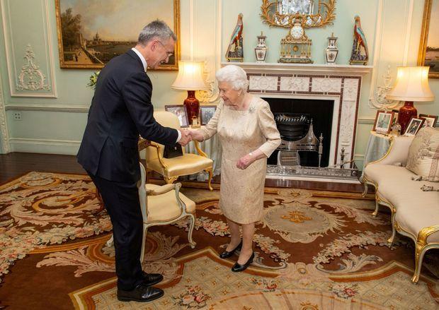La reine Elizabeth II avec le secrétaire général de l'OTAN Jens Stoltenberg à Londres, le 3 décembre 2019