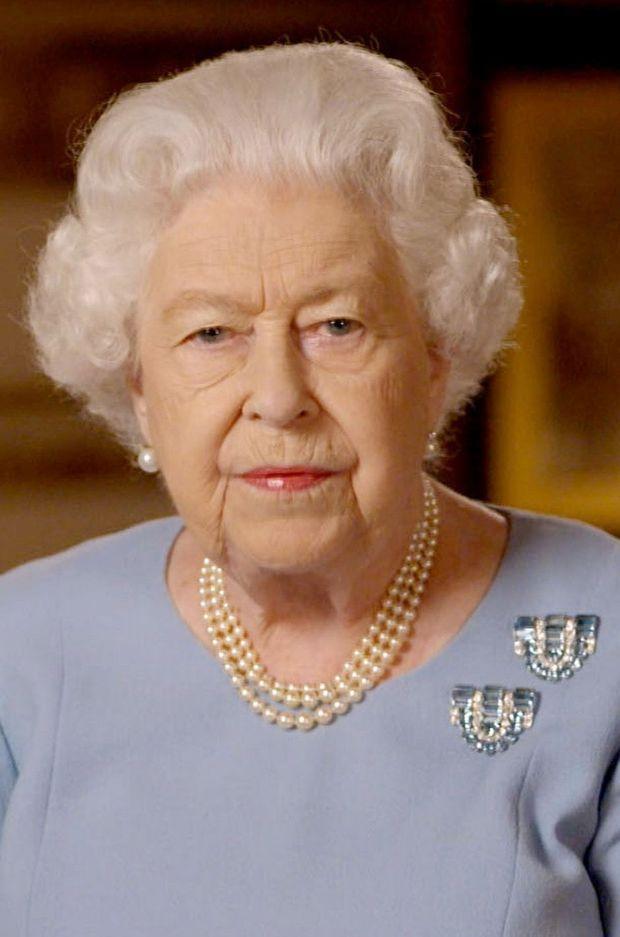 Les broches de la reine Elizabeth II lors de son discours diffusé le 8 mai 2020