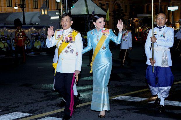 La reine Suthida et le roi de Thaïlande Maha Vajiralongkorn à Bangkok après la cérémonie pour les 88 ans de l'ancienne reine consort Sirikit, le 12 août 2020
