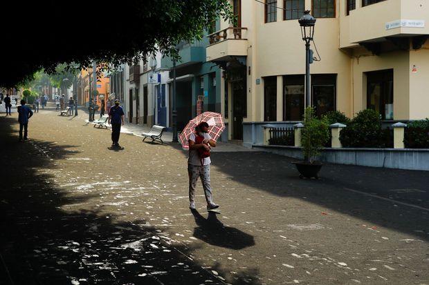 Dans les rues de Tazacorte, couvertes de cendres.