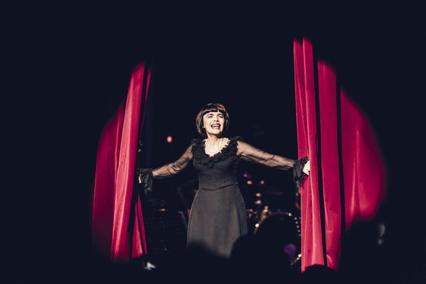 Mireille Mathieu assume son côté kitsch.
