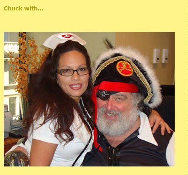 Chuck Blazer en pirate avec une infirmière, l'une des photos parues sur le blog où il aimait se mettre en scène.