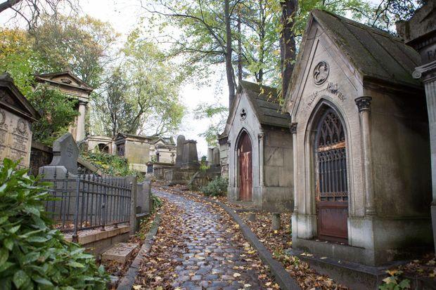 Dans les allées boisées du cimetière.