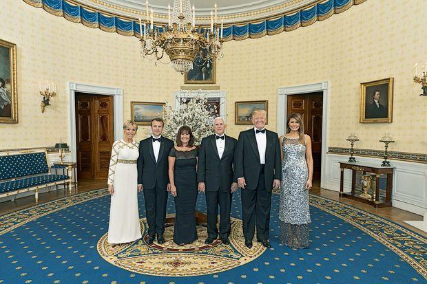 Avant le dîner d'Etat, le vice-président Mike Pence, et sa femme, Karen, entre les deux couples présidentiels.