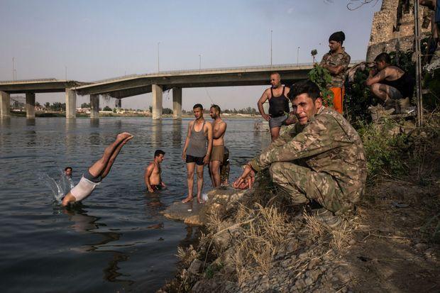3 juillet. L'heure du bain et de la détente pour les hommes des 9e et 16e divisions.