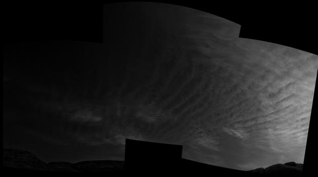 Avec ses caméras de navigation sur son mât, le rover Curiosity Mars de la NASA a pris ces images juste après le coucher du soleil le 31 mars 2021, le 3075e sol, ou jour martien, de la mission.