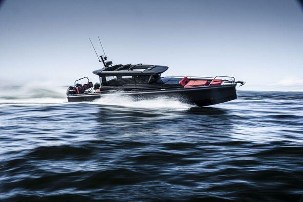 Ce sont les lignes du bateau Brabus Shadow 900 XC Black Ops qui ont inspiré le design de la Panerai Submersible S Brabus Black Ops Edition.