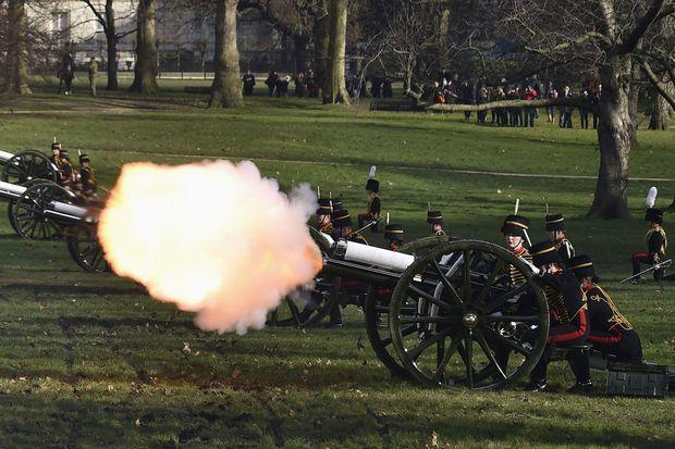 41 coups de canons ont été tirés par la Royal Horse Artillery depuis Green Park, en face du palais de Buckingham.