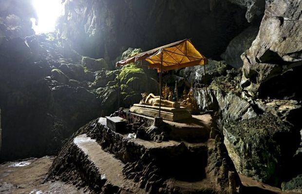 Le bouddha couché de la grotte Tham Poukham