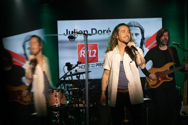 Julien Doré a retrouvé le sourire au fil du concert.