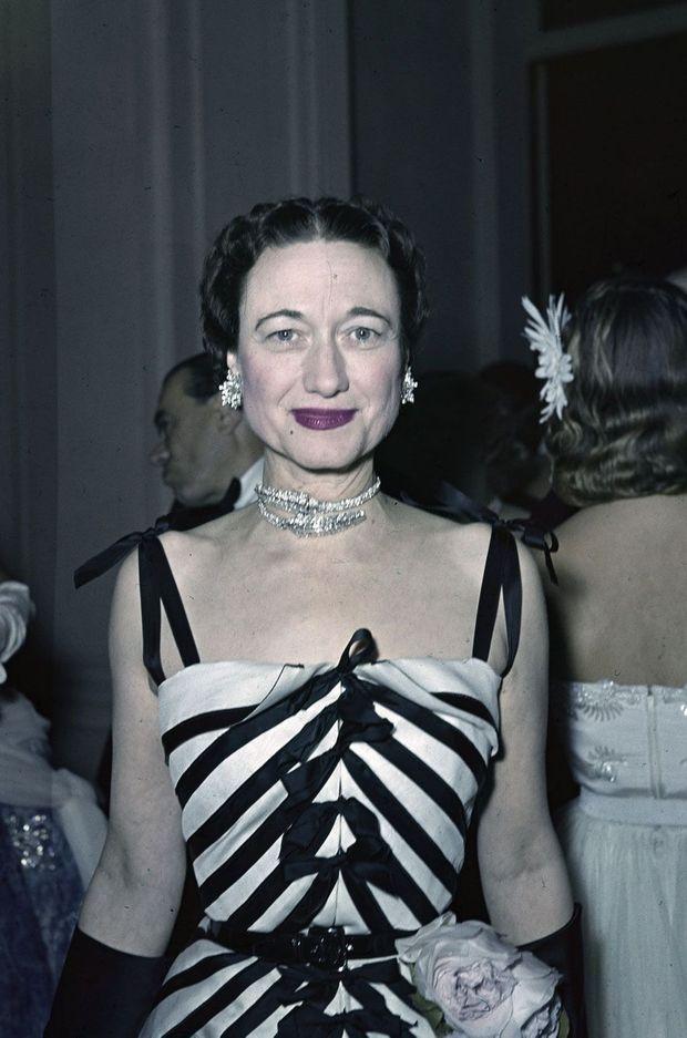 """Wallis Simpson, la femme qui a fait d'Elizabeth une reine, """"veuve pour des décennies"""", ici au Ritz en 1950"""