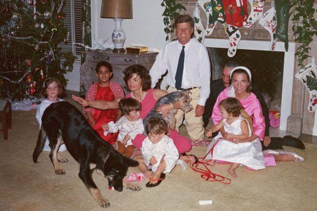 Noël 1962, à Palm Beach. John Fitzgerald Kennedy et Jackie, avec leurs enfants Caroline (à gauche) et John-John sur les genoux de sa mère. Lee, devant son mari Stanislas Radziwill, avec leur fils, Anthony (au premier plan), et leur fille, Christina.