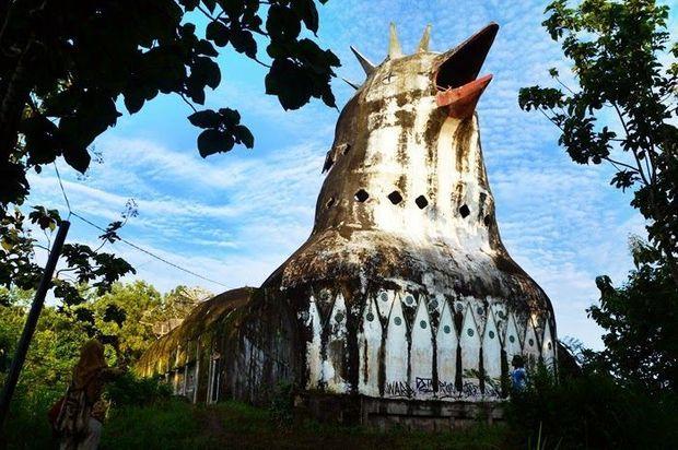 L'édifice a été construit sur un terrain privé de 3000 mètres carrés.