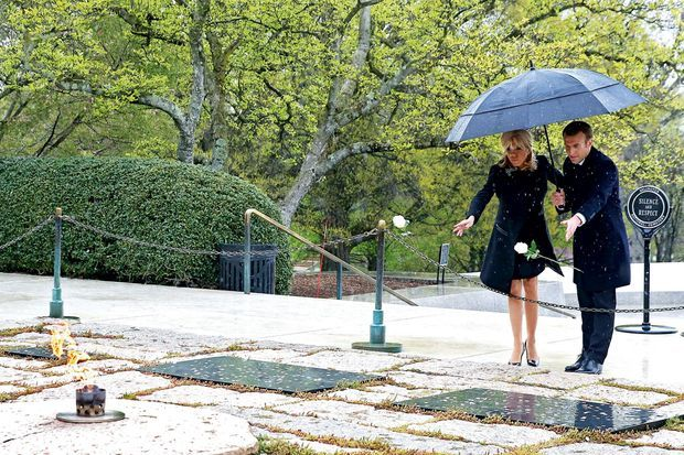 Sur les tombes de John et Jacqueline Kennedy et deux de leurs enfants, Arabella et Patrick.