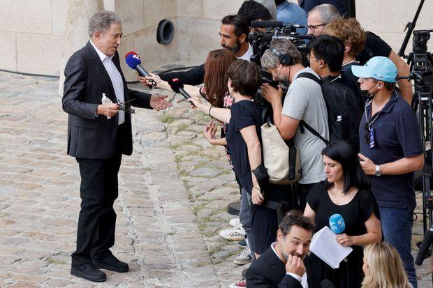 Michel Drucker s'adresse aux journalistes.